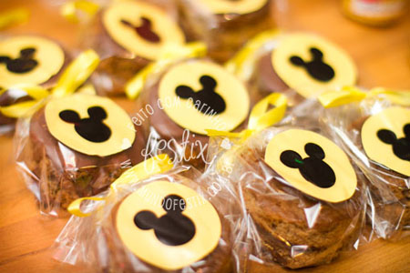 As etiquetas foram usadas para decorar o pão de mel.