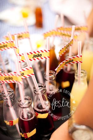 Garrafinhas de suco com canudinhos e bandeirinhas personalizadas.