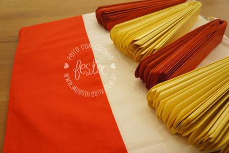 Kit decoração - toalha de mesa + 4 pompons
